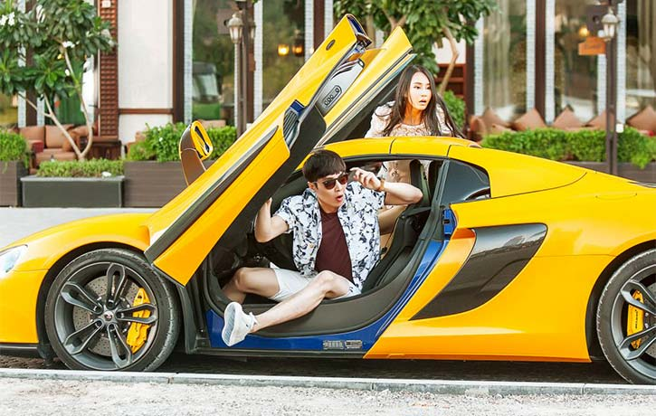 Xiaoguang and Noumin take part in an insane supercar chase
